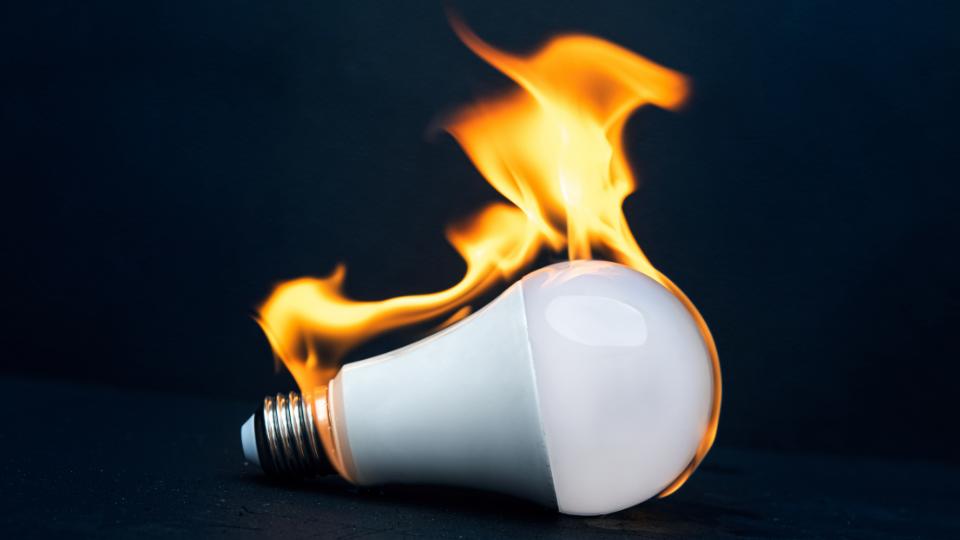 la bombilla led derrite el plástico de la lámpara
